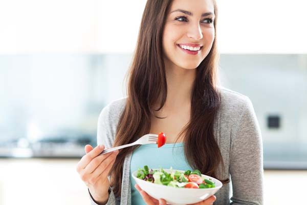 Low fat diets - Woman-eating-salad